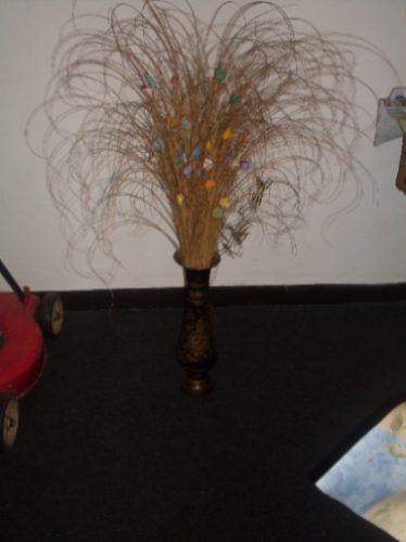 florero de bronce con flores