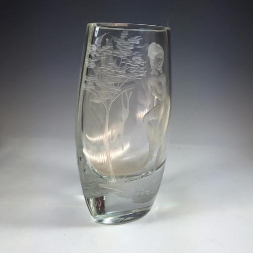 florero de cristal tallado al acido en bajo relieve