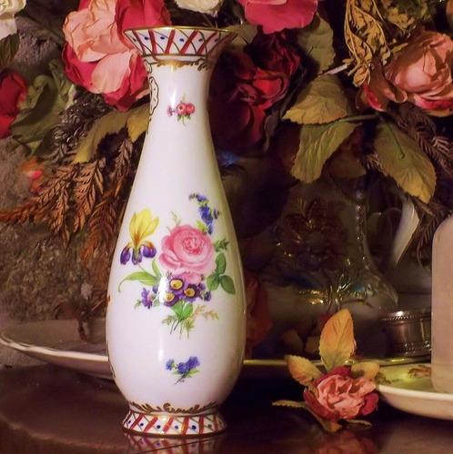 florero de porcelana con hermosas flores