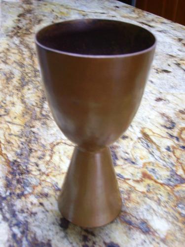 florero o vaso de diseño decó en cobre martelado y sellado.
