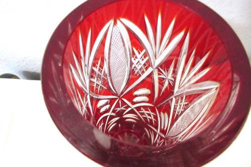 florero rojo checoslovaco de cristal tallado a mano