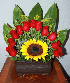 Flores Arreglo Floral Natural Girasol Rodeado De 11 Rosas Rojas En Maceta De Cerámica