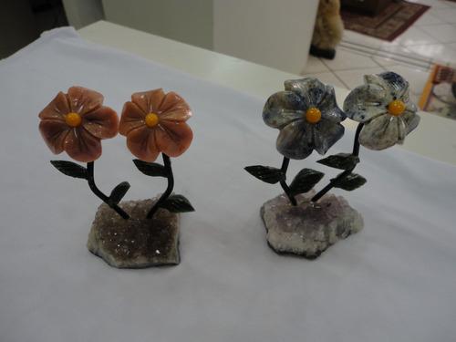 flores artesanais trabalhadas em varios tipos de pedras.