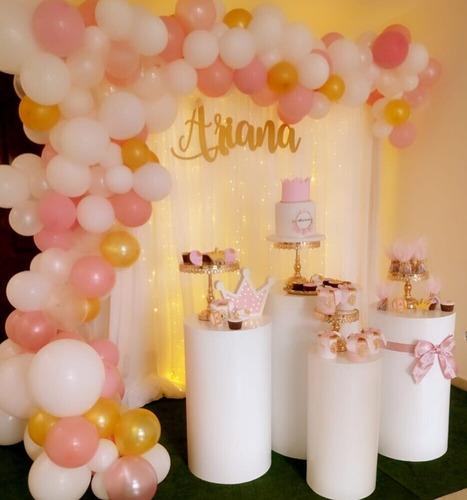 fondo, mesas, accesorios dorados y arco de globos (alquiler)