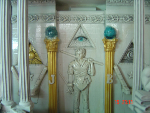 fonte maçônica, rica em simbologia, com luzes coloridas