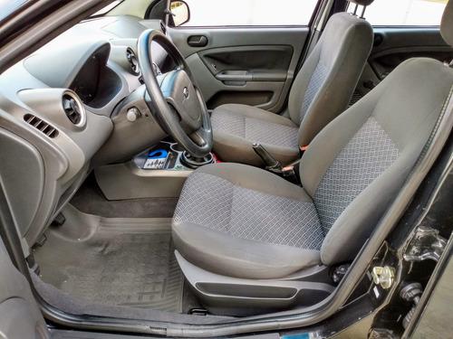 ford fiesta sedan 1.0 com direção vidros e travas