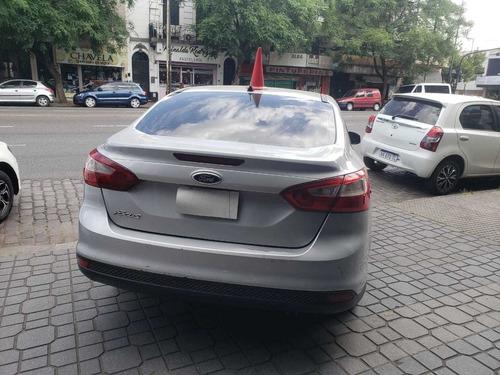 ford focus sedan  4 ptas nafta 1,6  permutas facilidades