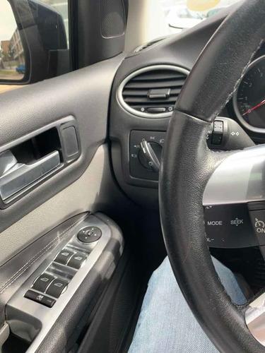 ford focus sedan ghia