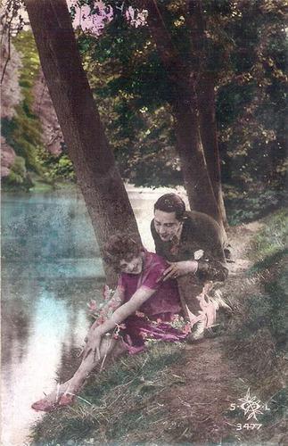 foto antiga frança dupla face casal no rio mulher lendo1930.