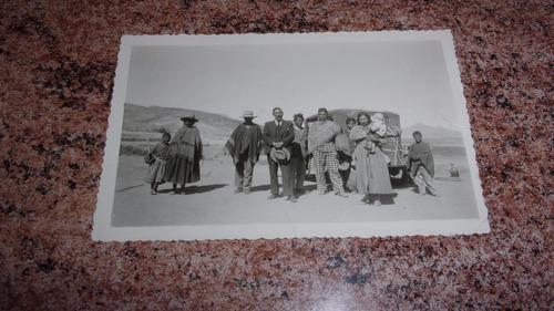 foto antigua: auto y personas con vestimentas típicas