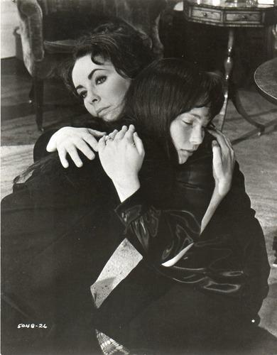 foto elizabeth taylor mia farrow secret ceremony losey 1968