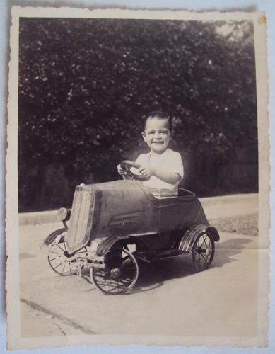 fotografia antiga anos 50 menino com carrinho de metal
