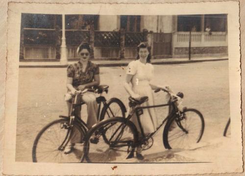 fotografia antiga jovem e suas bicicletas 1942