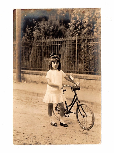 fotografia antiga menina com bicicleta - anos 40 - postal