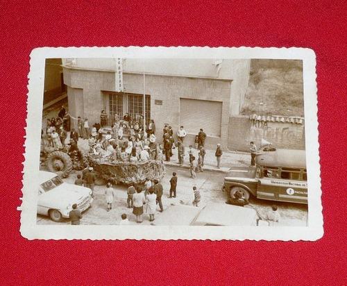 fotografía antigua desfile o carnaval sierra blanco negro