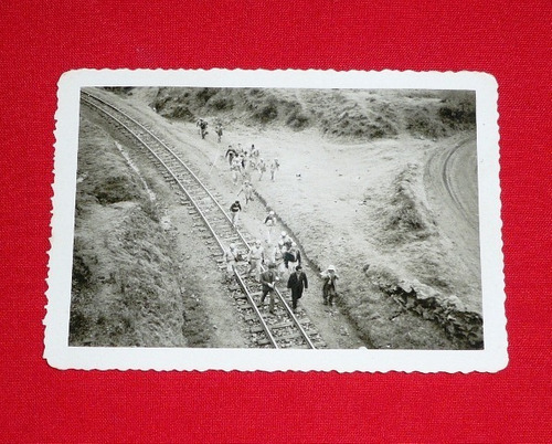 fotografía antigua personas uniformados vía tren ferrocarril