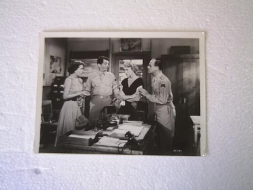 fotografía de dean martin de una película en blanco y negro.