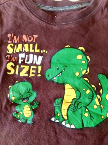 franela marron con dinosaurios