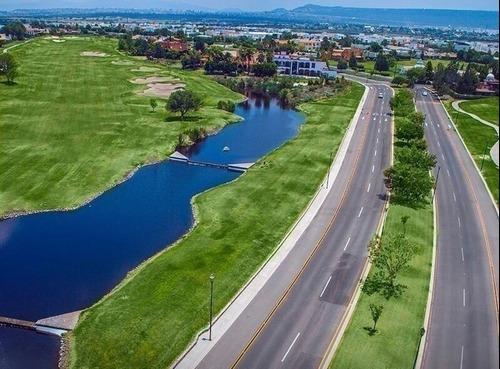 frente a áreas verdes con lago