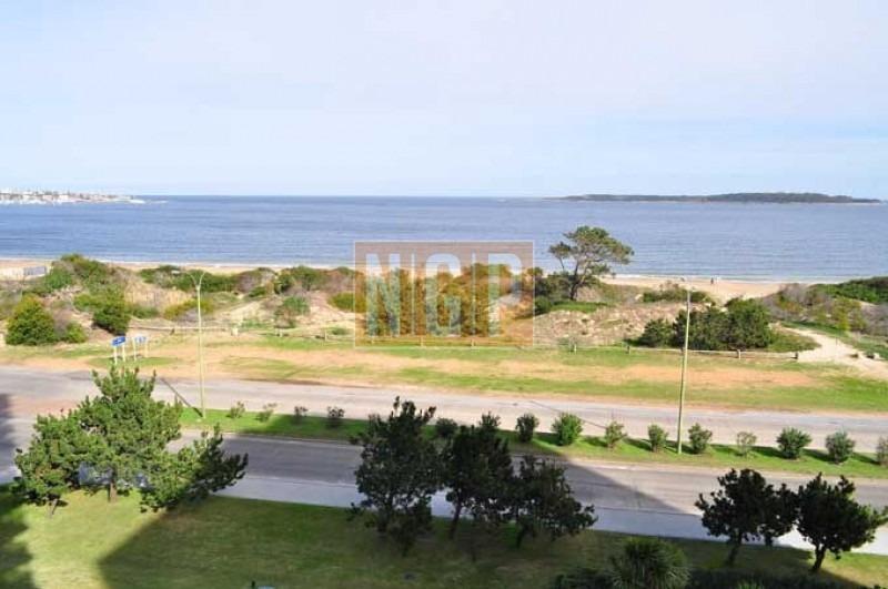 frente al mar, cuenta con: servicio de mucamas, servicio de playa, piscina, recepción las 24 hs.  -ref:11918