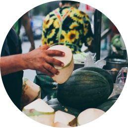 Foto de uma mão segurando uma fruta