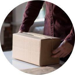 Imagen de una persona preparando un paquete.