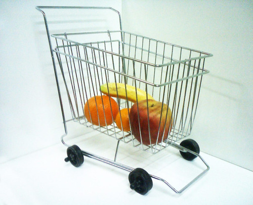 frutero con forma de carrito.