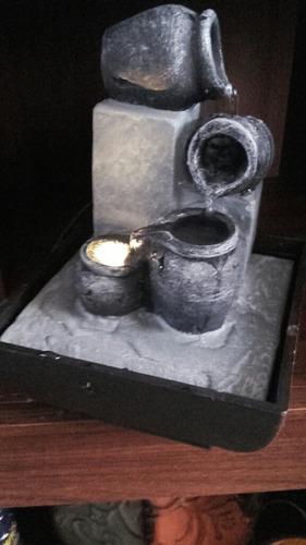 fuente de agua 3 vasijas negras con luz.