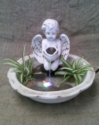 fuente de agua ángel arrodillado con luz led en base redonda