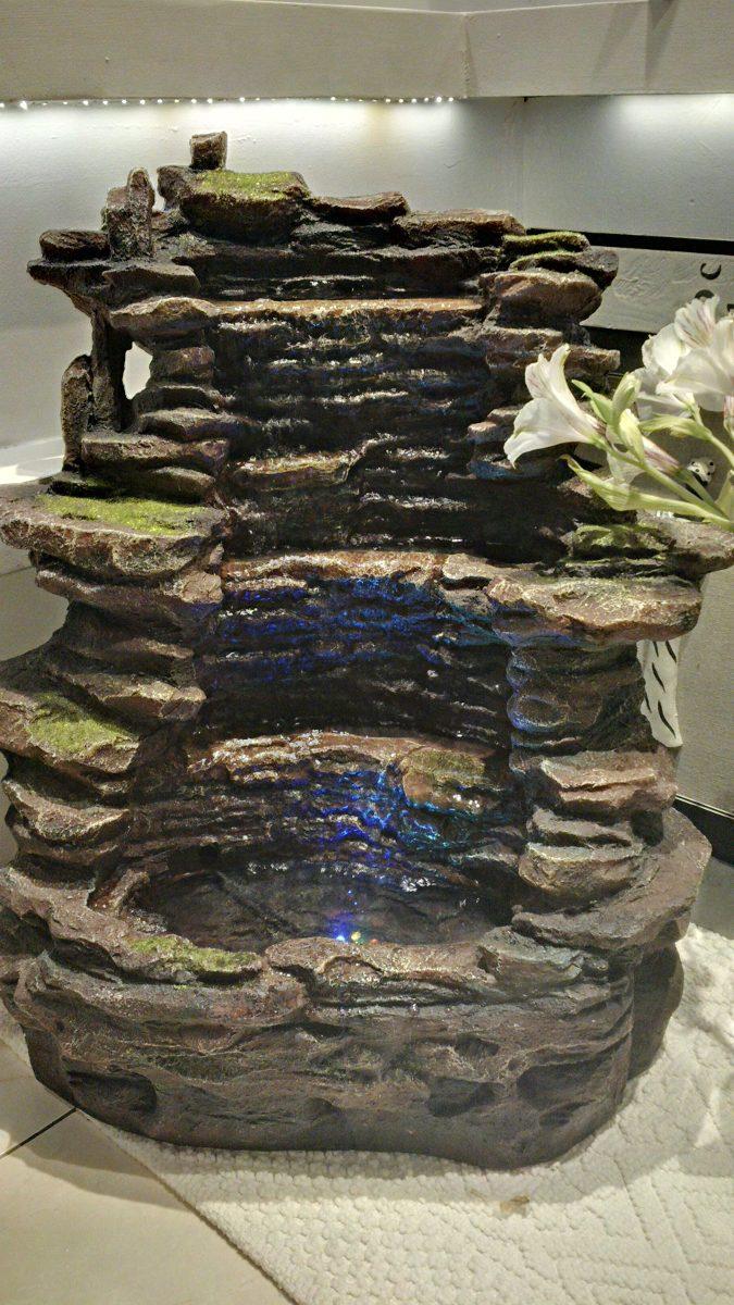 fuente de agua cascada en piedra mucho caudal de agua