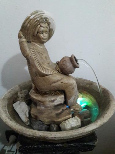 fuente de agua niño sentado con luz led