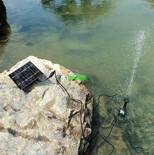 fuente solar con panel solar y diferentes chorros de agua