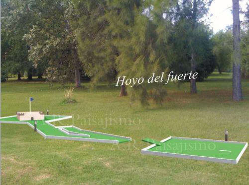 fuerte de madera mini en golf, hoyo con palo y pelotas
