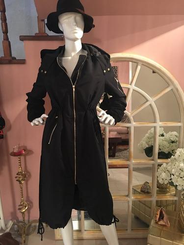 gabardina negra con gorro y ajustador de cintura