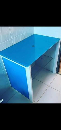 gabinetes de cozinha e banheiro de vidro.