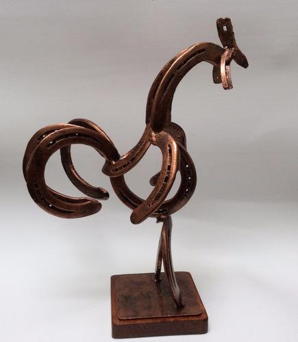 gallo hecho de herraduras / de metal / fierro