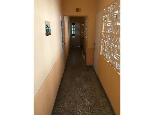 galpón con entrada para auto y dos departamentos 3 ambientes