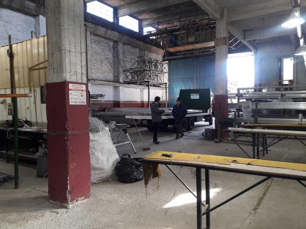 galpón en venta de 700 m2 plantabaja+oficinas+puente grua