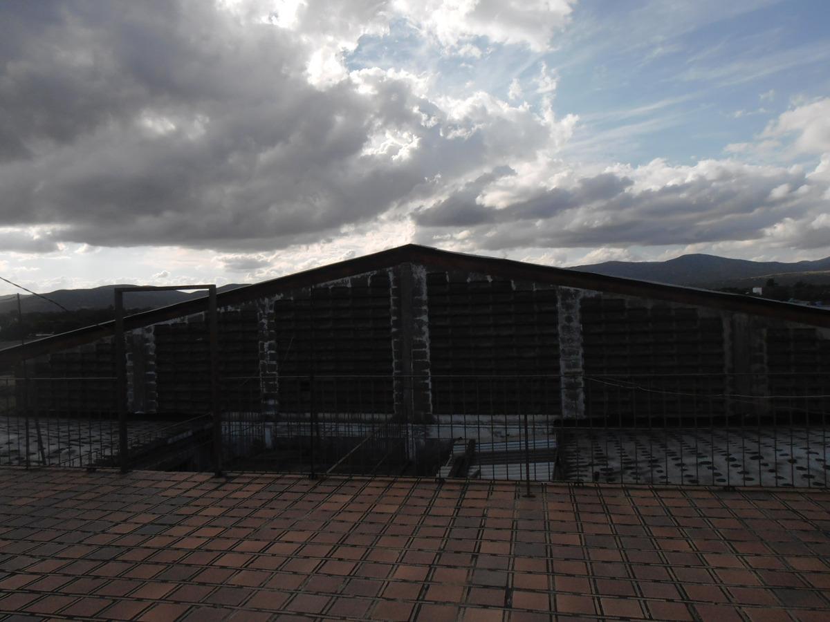 galpón industrial con puente grúa y gran terreno