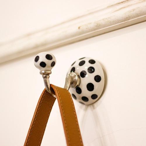 gancho cabideiro parede cerâmica bolinhas preto branco 8x6cm