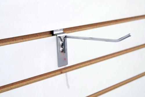gancho percha cromado para panel ranurado de exhibidor