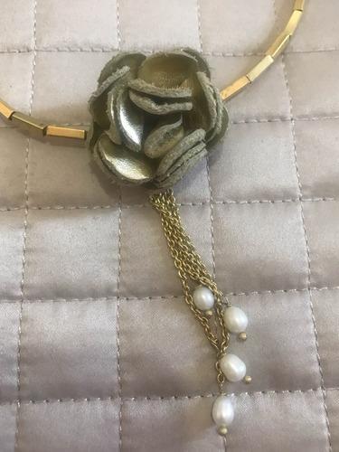 gargantilha dourada flor couro usado detalhe pérola