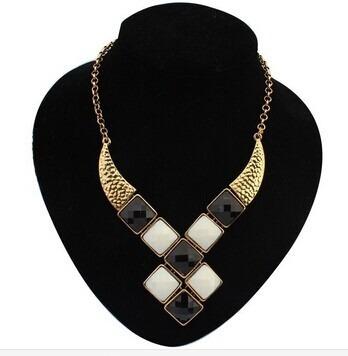gargantilha/colar com formas geométricas bege/preto