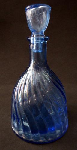 garrafa licoreira licor  antiga em vidro azul em espiral