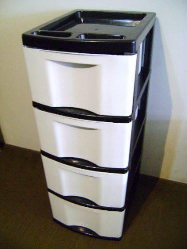 gaveteiro gigante plástico preto com gavetas brancas