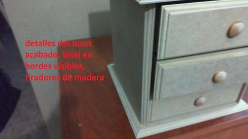 gavetero pequeño con bordes biselados mide 21 por 21 por 21