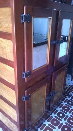 geladeira antiga de madeira de navio