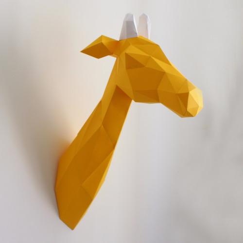 girafa amarela para decoração de parede feito em papel