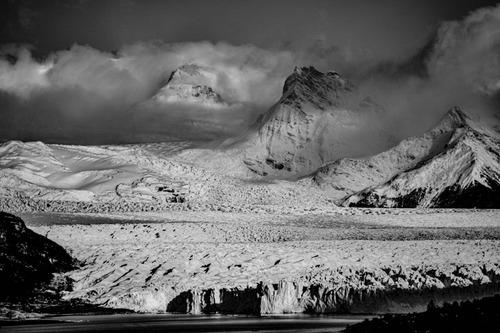 glaciar, picos y nubes