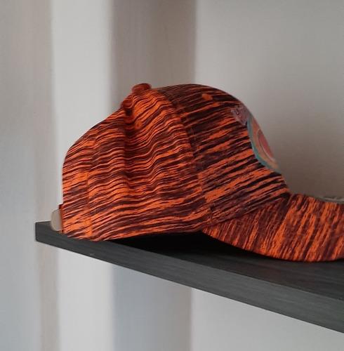 gorra anaranjada con rayas negras, salva
